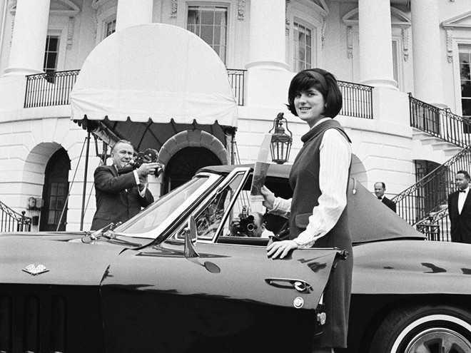Luci, em gái của Lyndon B. Johnson, theo học Trường nghiên cứu Y tế và Điều dưỡng. Năm 1966, bà kết hôn và bị buộc thôi học.