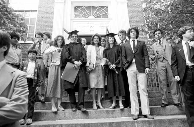 Caroline, con gái cả Tổng thống John F. Kennedy, là cựu sinh viên trường Radcliffe thuộc Đại học Harvard. Năm 1988, bà tốt nghiệp ngành Luật, Đại học Columbia.