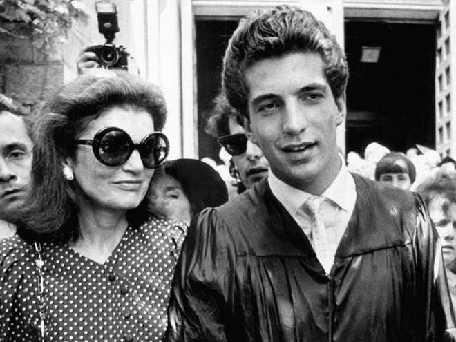 Em trai củaCaroline,John F. Kennedy Jr., tốt nghiệp ngành Lịch sử tại   Đại họcBrown năm 1983. Năm 1989, con trai Tổng thống thứ 35 của Mỹ nhận   bằng cử nhân từ Trường Luật thuộc Đại học New York ở lần thi tốt nghiệp   thứ ba