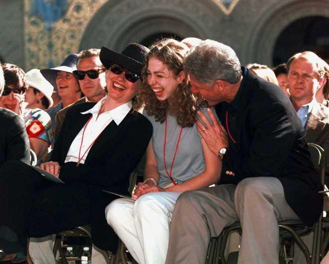 Chelsea Clinton, con gái Tổng thống Bill Clinton, có trình độ giáo dục cao nhất. Cô tốt nghiệp với tấm bằng danh dự danh giá nhất ngành Lịch sử từ Đại học Stanford. Sau đó, Chelsea tiếp tục theo ngành Tâm lý học tại Đại học Oxford và nhận bằng thạc sĩ năm 1997. Năm 2010, con gái duy nhất nhà Clinton hoàn thành khóa học sau đại học tại Trường Y tế Công cộng Mailman thuộc Đại học Columbia. Năm ngoái, Chelsea trở thành tiến sĩ sau khi tốt nghiệp Đại học Oxford.