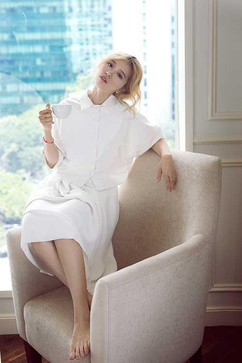 Ngoài ra, cô cũng xuất hiện trong một diện   mạo mới, ngọt ngào nhưng vẫn đầy chất quyến rũ và cá tính.
