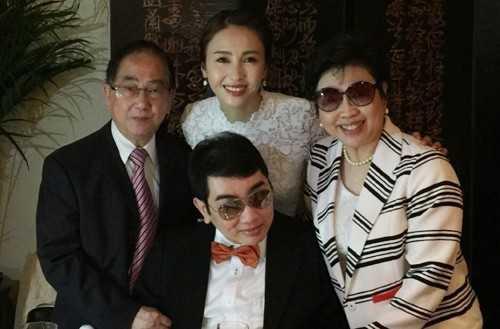 Lê Tư mừng sinh nhật cùng cha mẹ và em trai.