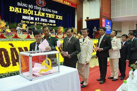 Chiều 13/10, trong khuôn khổ chương trình Đại hội Đảng bộ tỉnh Quảng Nam lần thứ XXI, nhiệm kỳ 2015 - 2020, các đại biểu đã bỏ phiếu bầu 56 người vào Ban Chấp hành Đảng bộ tỉnh