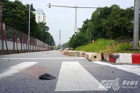 Đến thời điểm sáng 13/10, nhiều lô cốt, rào chắn trên tuyến đường Xuân Thủy - Cầu Giấy vẫn chưa được tháo dỡ.