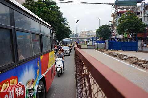 Một chiếc xe bus cũng đã chiếm tới hơn 1 nửa diện tích phần đường còn lại khiến cho hàng dài phương tiện phía sau bị ùn ứ lại.