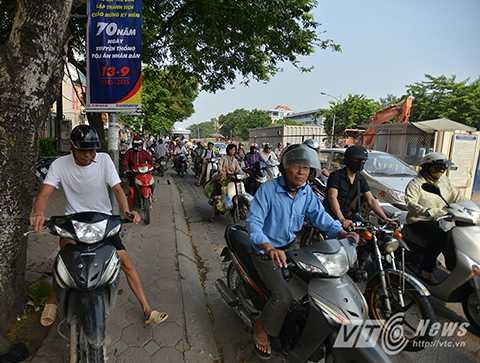 Khiến cho nhiều phương tiện chủ yếu là xe máy phải leo lên vỉa hè để lưu thông.