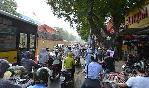 Tình trạng giao thông dọc tuyến đường này thường xuyên rơi vào cảnh hỗn loạn, ùn tắc.