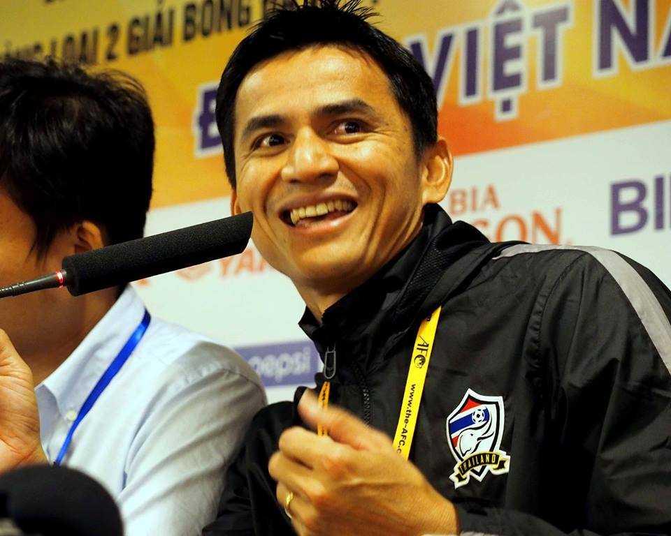 HLV Kiatisak nở nụ cười mãn nguyện (Ảnh: Quang Minh)