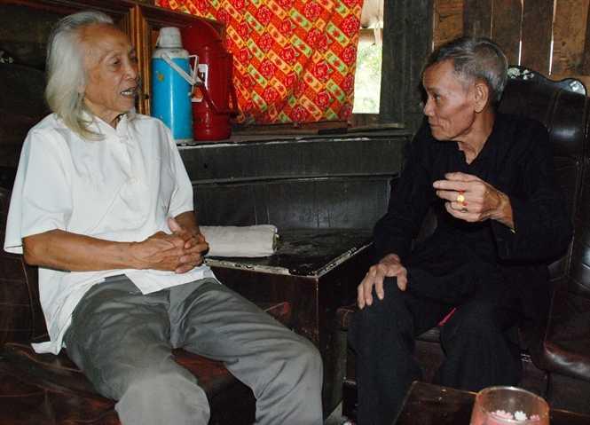 Nghệ nhân Lò Văn Biến (trái) và thầy mo Lò Văn Phong (phải)