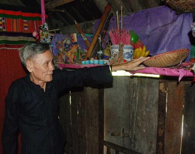 Thầy mo Lò Văn Phong xin phép tổ tiên và các ma trước khi kể chuyện cúng ma cho nhà báo nghe