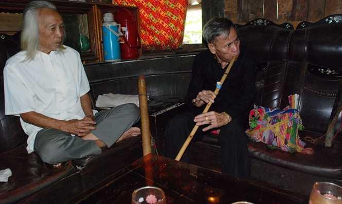 Thầy mo thổi một bài sáo cúng cho ông Lò Văn Biến nghe