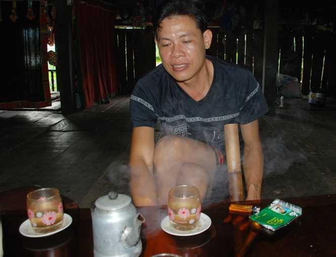 Lò Văn Đương, người được bố Lò Văn Phong chọn để truyền nghề mo