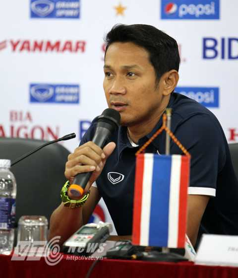 Trợ lý Kairung của tuyển Thái Lan (Ảnh: Hà Thành)