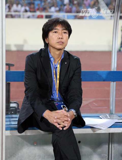 Miura thất thần trên băng ghế huấn luyện sau bàn thua thứ 3 của tuyển Việt Nam (Ảnh: Quang Minh)