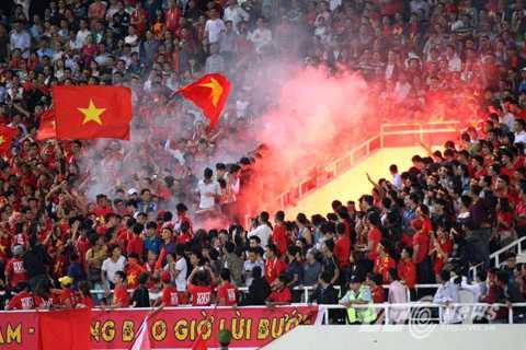 CĐV Việt Nam đốt pháo sáng trên khán đài (Ảnh: Quang Minh)