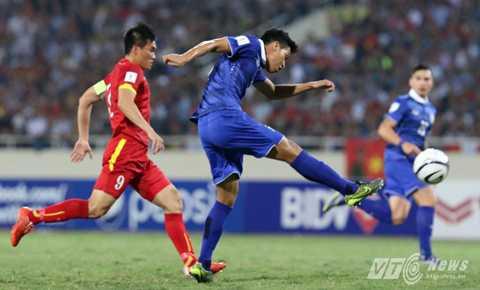 Lối đá áp sát của Việt Nam đang khiến Thái Lan không thể chơi theo ý muốn (Ảnh: Quang Minh)