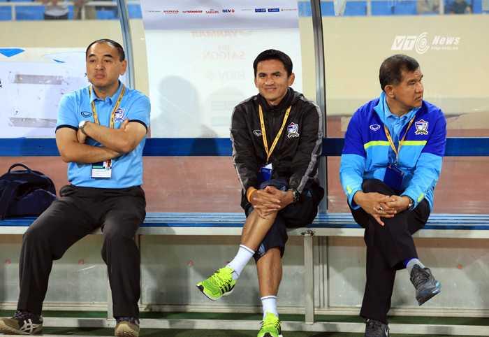 HLV Kiatisak cười tươi trước trận đấu (Ảnh: Phạm Thành)