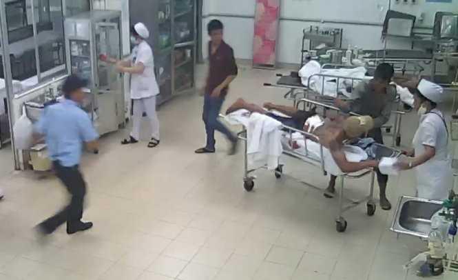 Cường rút dao thủ sẵn trong người tiến đến đâm tới tấp vào người Phạm Văn Hưng