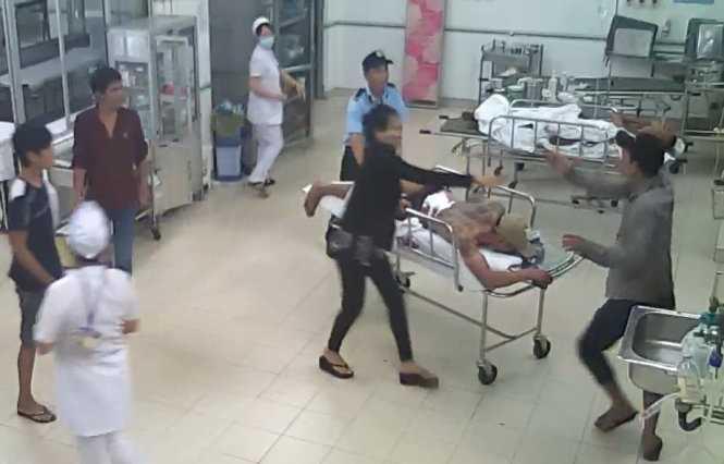 Người thân của Hưng cùng lực lượng bảo vệ bệnh viện đã chạy đến ngăn cản Cường