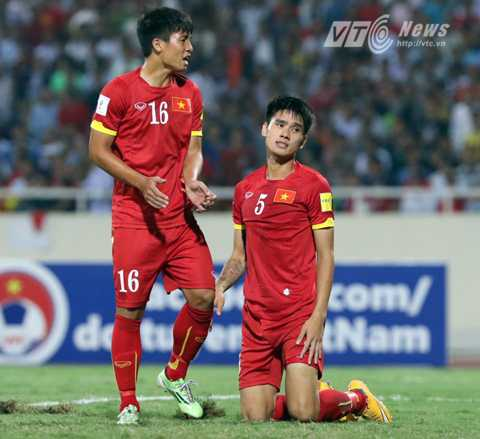 Đinh Tiến Thành thất vọng sau pha đối lưới nhà (Ảnh: Quang Minh)