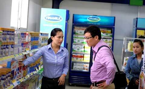 """Khách hàng tham quan điểm bán hàng """"Tự hào hàng Việt Nam"""" tại cửa hàng Vinamilk Nghệ An, nơi trưng bày và bán hơn 200 sản phẩm các loại của Vinamilk đạt chất lượng theo tiêu chuẩn của Việt Nam và quốc tế"""
