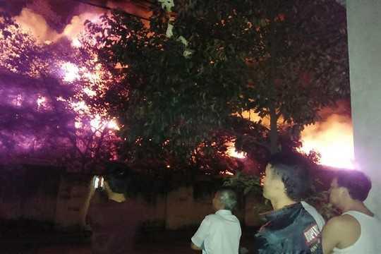 Ngọn lửa bốc cháy ngùn ngụt trong đêm khuya tại Công ty Đông Bắc. Ảnh độc giả Na Vân cung cấp
