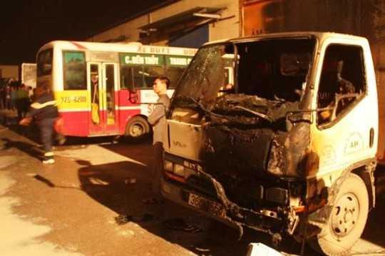 Một trong những chiếc xe bị cháy.