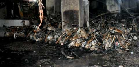 Hàng trăm xe máy tại tầng hầm tòa nhà CT4A bị thiêu rụi.