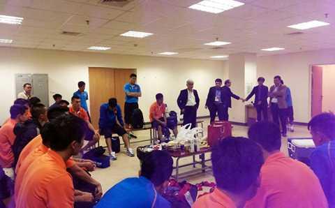 Lãnh đạo Tổng cục TDTT, VFF động viên đội tuyển Việt Nam sau trận đấu (Ảnh: VFF)