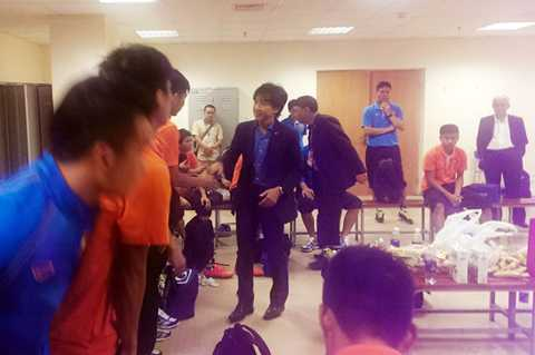 HLV Miura chia tay các học trò và cộng sự trong BHL (Ảnh: VFF)