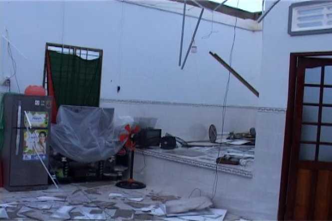Một căn nhà bị giật tốc mái, tan hoang sau khi cơn lốc xoáy đi qua.