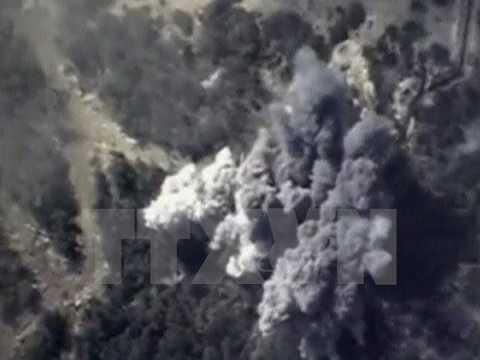 Khói bốc lên từ một vụ không kích của Nga nhằm vào mục tiêu IS tại Syria