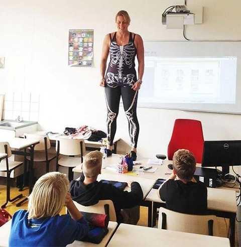 Hình ảnh cô giáo Heerkins trong lớp học