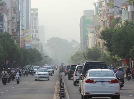 Tuyến đường Nguyễn Văn Trỗi về Q.1 vẫn đang mờ ảo dù đã hơn 7 giờ sáng.