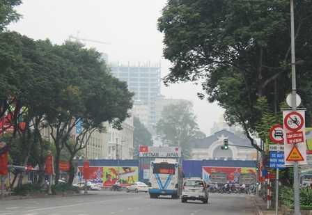 Nhiều tuyến đường ở Q.1 cũng bị sương mù bao phủ.