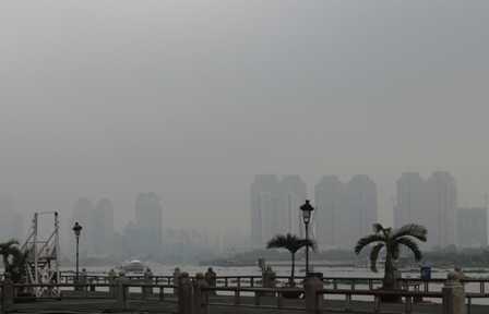 Từ Q.1 nhìn sang những tòa nhà bên Q.2 những tòa nhà cao tầng mờ ảo hiện ra.
