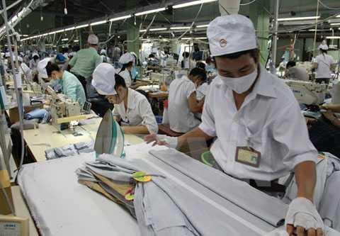 Sản xuất may mặc xuất khẩu tại Công ty trách nhiệm hữu hạn một thành viên May mặc Bình Dương. (Ảnh: Hải Âu/TTXVN)