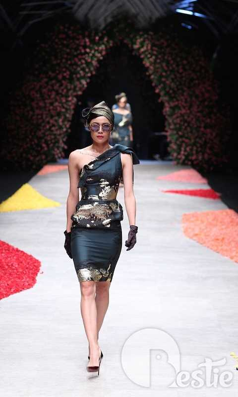 Tùy vào từng thời điểm mà motif dệt trên bề mặt vải được điều chỉnh sắc thái với hai lựa chọn: ánh nhũ vàng hoặc nhũ bạc.