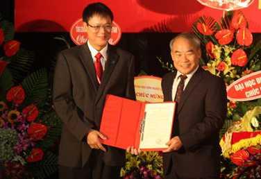 Thứ trưởng Bộ GD&ĐT Nguyễn Vinh Hiển thay mặt lãnh đạo Bộ GD&ĐT trao quyết định cho PGS.TS Lê Hải An