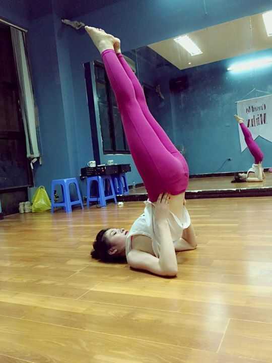 Cô nàng thừa sức thực hiện những bài yoga khó.