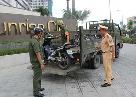 Xe máy của 2 tên cướp được đưa về trụ sở để tiếp tục làm việc.