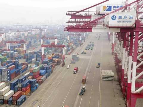 Vận chuyển container tại cảng ở Thanh Đảo, Sơn Đông, Trung Quốc. (Nguồn: Reuters)