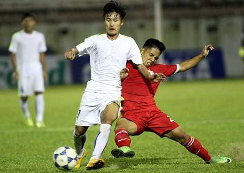 U21 HAGL (trắng) bất ngờ để thua Bình Đình và chỉ có được ngôi nhì bảng C ở vòng loại (Ảnh: Thanh Niên)