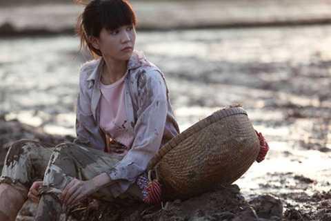 """Với hình ảnh người nông dân """"chân lấm tay bùn"""", Ngọc Trinh đã hóa thân thành một cô gái quê với vẻ đẹp hồn nhiên và ngây thơ. Sự thay đổi này của người đẹp Trà Vinh đã nhận được nhiều lời khen và sự ủng hộ của khán giả."""