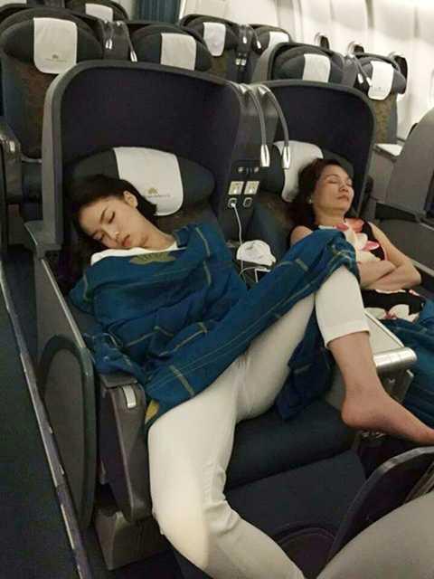 """Và đỉnh điểm nhất là """"dáng ngủ phản cảm trên máy bay"""", đã liên tiếp khiến Kỳ Duyên phải hứng chịu nhiều """"búa rìu"""" của dư luận. Đồng thời, những thị phi này cũng vô tình khiến hình ảnh của hoa hậu Việt Nam 2014 xấu đi trong mắt công chúng."""