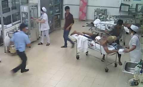 Đối tượng Cảnh (áo xám) dùng dao đâm liên tiếp nhiều nhát vào lưng Hưng đang nằm trên giường bệnh. Ảnh trích từ camera Bệnh viện đa khoa tỉnh Bình Thuận