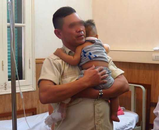 Người nhà đang chăm sóc cháu Viên Thế L. tại BV Việt Đức - Ảnh: Bác sĩ cung cấp