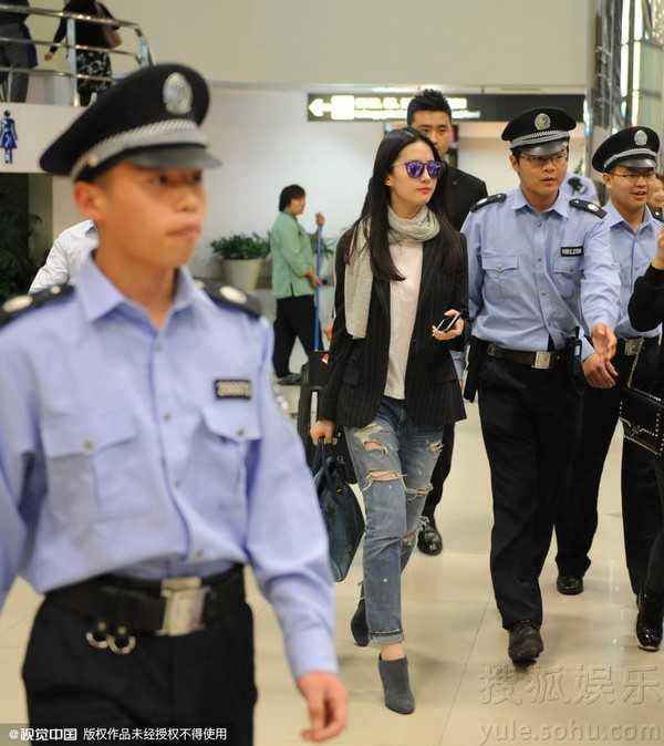 Lưu Diệc Phi xuất hiện tại sân bay Thượng Hải.