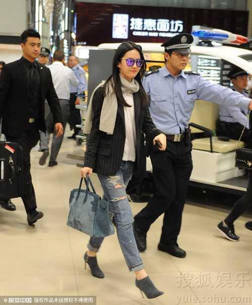 Nữ diễn viên được cảnh sát hộ tống rất chu đáo.