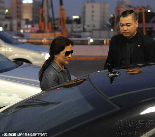 Mẹ của Lưu Diệc Phi luôn theo sát con gái.